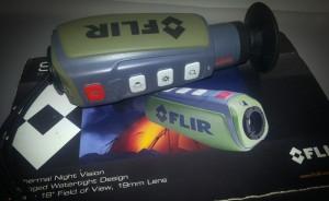 Das FLIR Scout PS24 liegend auf der Verpackung