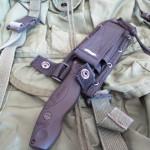 Rund um den Druckknopf ist Klett angebracht, so kann man den Riemen auch ohne Druckknopf schliessen und hat trotzdem eine gewisse Sicherung des Messers.