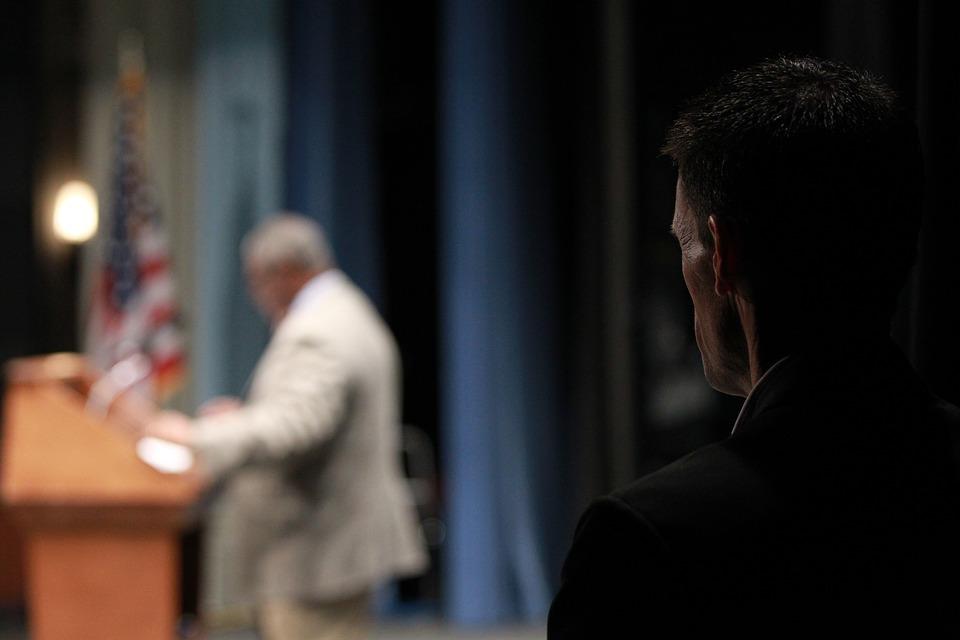 Ein Personenschützer observiert einen Politiker